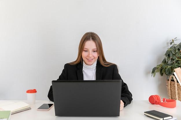 Vídeo-conferência de mulher em plano médio no trabalho