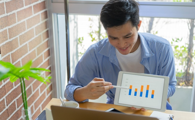 Vídeo-conferência do homem empregado com equipe de marketing e mostra a pesquisa de mercado para o conceito de quarentena