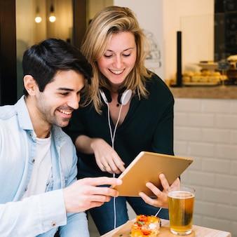 Vídeo de casal alegre conversando no tablet