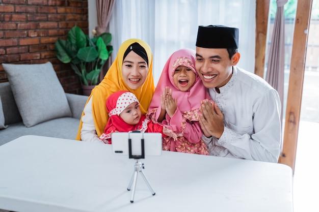 Vídeo de família muçulmana chamando com parentes durante eid mubarak