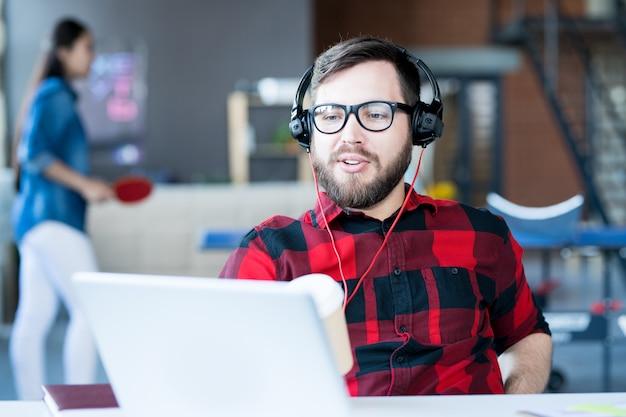 Vídeo de homem barbudo moderno conversando no escritório de ti