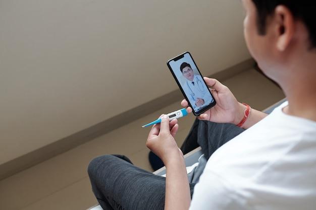 Vídeo de homem sofrendo de febre ligando para o médico e perguntando sobre sintomas e queixas