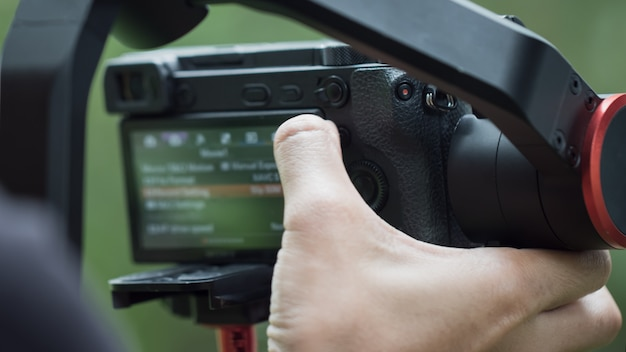 Vídeo ou espelho digital profissional menos câmera do menu de configuração no tripé para gravação de fotos
