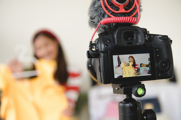 Vídeo profissional de filme com câmera digital dslr ao vivo com a entrevista do blogger vlogger
