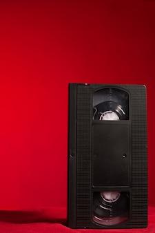 Vídeo tape em um fundo vermelho em estúdio