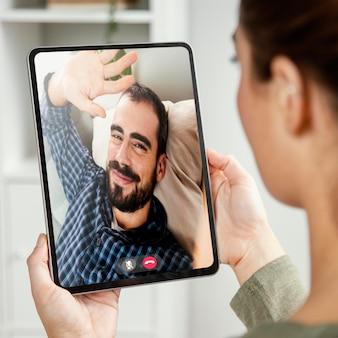Videochamada com um amigo no tablet