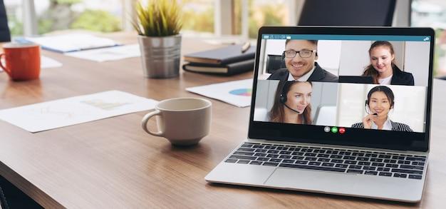 Videochamada de executivos reunidos em um local de trabalho virtual ou em um escritório remoto