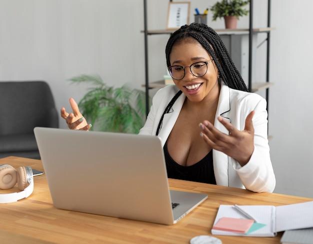 Videochamada de mulher sorridente em plano médio
