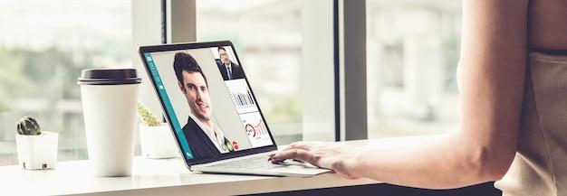 Videochamadas de executivos reunidos em um local de trabalho virtual ou escritório remoto