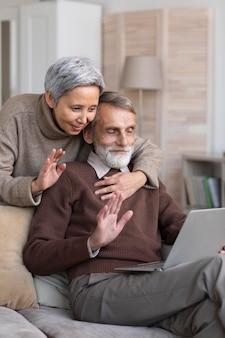 Videoconferência adorável casal de idosos