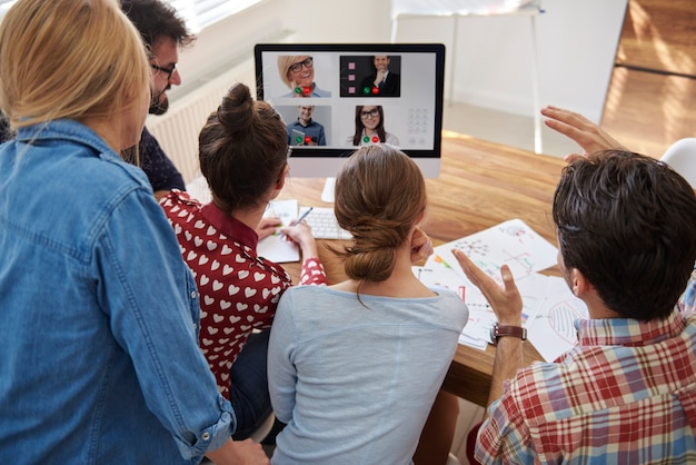 Videoconferência com colegas de trabalho do exterior