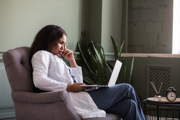 Videoconferência de enfermeira afro-americana com trabalho remoto de treinamento de videocomunicação de paciente
