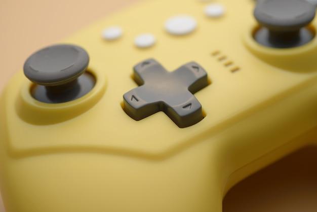 Videogames, entretenimento em casa. close-up de botões amarelos no joystick sem fio.