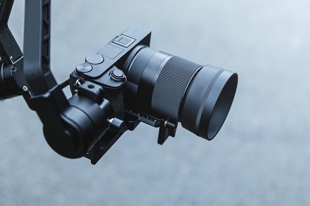 Videografia - câmera sem espelho montada em gimbal eletrônico de 3 eixos