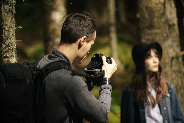 Videógrafo de perto, cinegrafista, profissional, câmera, homem com câmera