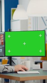 Videógrafo usando computador com display chroma key