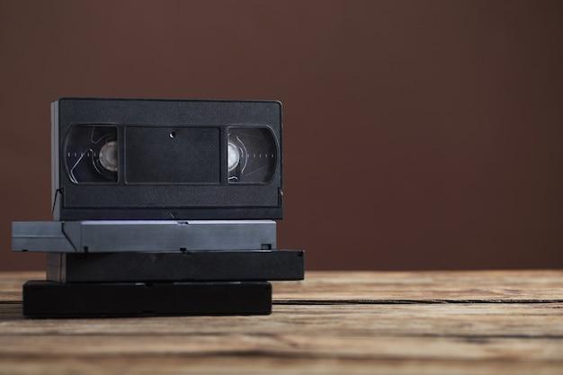 Videotape na velha mesa de madeira