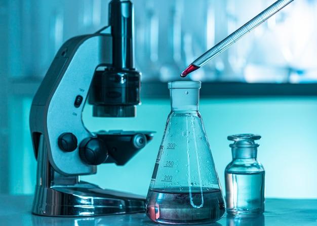 Vidraria de laboratório e arranjo de microscópio