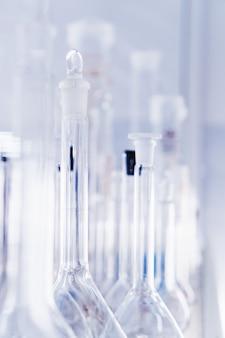 Vidraria de laboratório, tubos de ensaio e frascos para experimentos e descobertas científicas. equipamento de laboratório