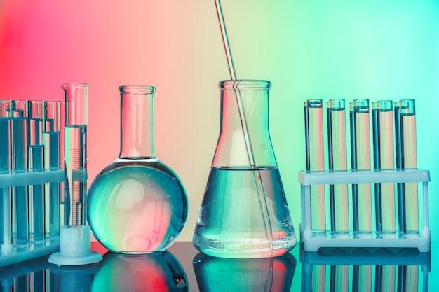 Vidraria de química de laboratório em fundo verde tonificado
