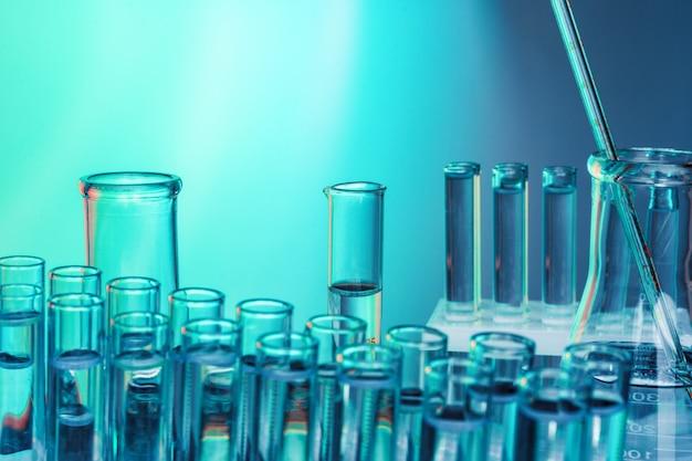 Vidraria química de laboratório sobre fundo verde tonificado