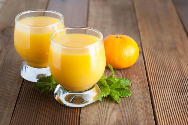 Vidro alaranjado do suco de fruta cítrica, bebidas do verão.