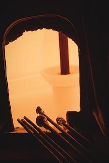 Vidro aquecido no forno dos sopradores de vidro