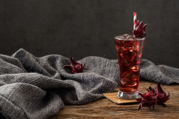 Vidro claro de roselle com fruta fresca roselle na receita de ásia de mesa de madeira