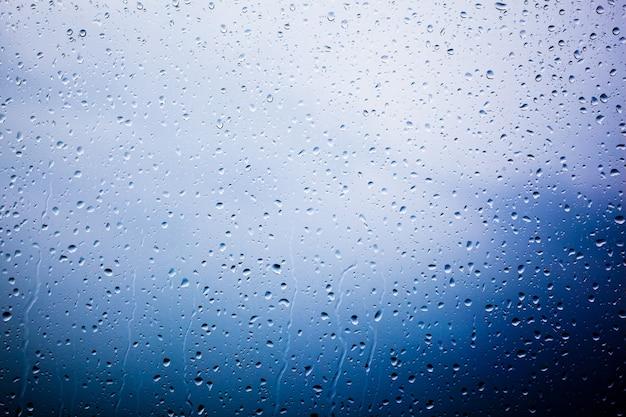 Vidro coberto com gotas de água