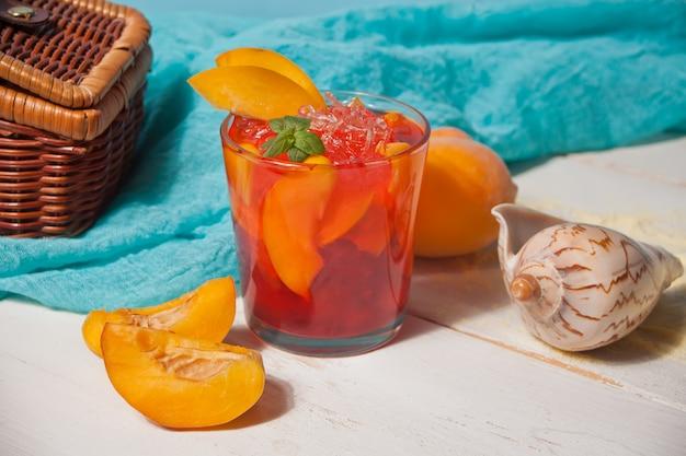 Vidro com chá gelado doce fresco do pêssego caseiro ou cocktail, limonada com hortelã. tema marinho. refrescante bebida gelada. festa na piscina de verão.