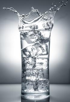 Vidro com gelo e respingo líquido