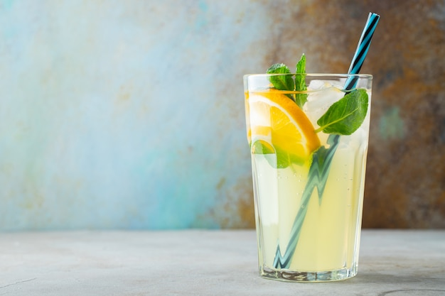 Vidro com limonada ou cocktail de mojito.