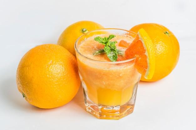 Vidro com sumo de laranja delicioso