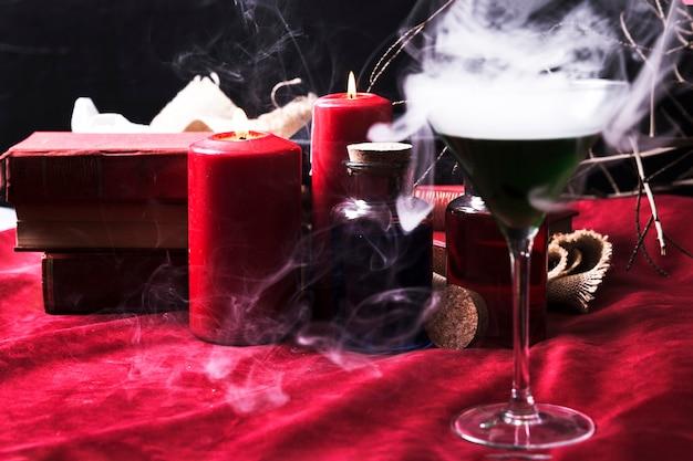Vidro com veneno e decorações de halloween