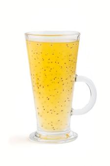 Vidro da bebida colorida da laranja da tangerina com as sementes da manjericão isoladas no branco. vista lateral.