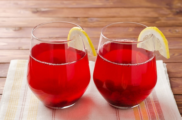 Vidro da bebida de fruta da airela. compota russa tradicional de cranberries mors