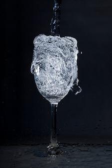 Vidro de água transbordante