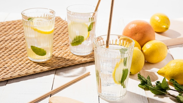 Vidro de alto ângulo com limonada fresca
