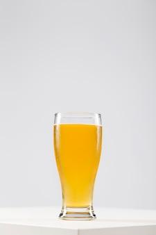 Vidro de cópia-espaço com cerveja na mesa