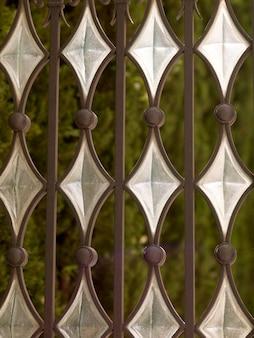 Vidro de forma de diamante em um portão em atenas na grécia