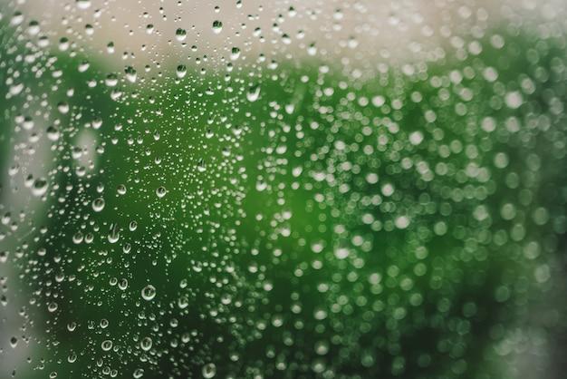 Vidro de janela com gotas de chuva.