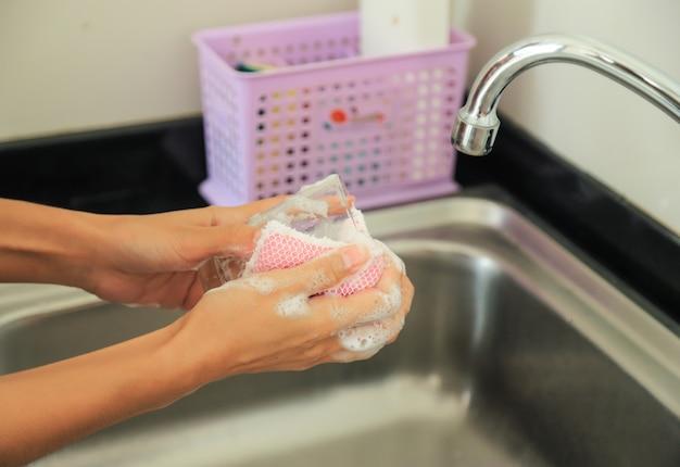 Vidro de lavagem das mãos na pia para utensílios de cozinha limpos e claros na vida diária de bactérias