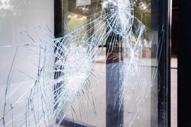 Vidro de uma vitrine comercial quebrada e rachada.
