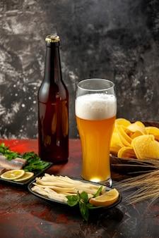 Vidro de visão frontal de urso com queijo cips e peixe no lanche escuro vinho foto cor de álcool
