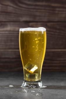 Vidro de vista frontal com cerveja