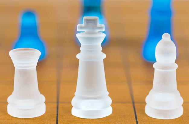Vidro de xadrez em um tabuleiro de xadrez de madeira