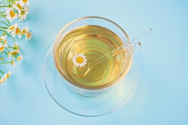 Vidro do chá erval saudável do camomille. naturopatia matricaria chamomilla.