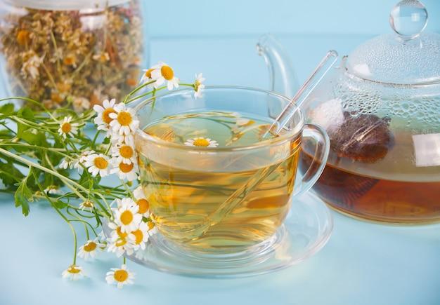 Vidro do chá erval saudável do camomille. naturopatia