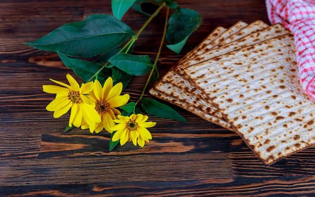 Vidro do close up do matzah da páscoa judaica. textura borrada retroiluminada do matzah no fundo.
