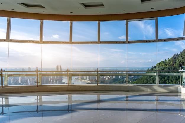 Vidro do prédio de escritórios de chongqing e o horizonte da cidade
